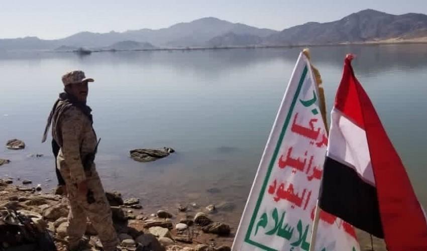شاهد .. قوات الحوثي ترفع علم الوحدة فوق سد مأرب بعد أن سيطرت عليه بالكامل ( صور )