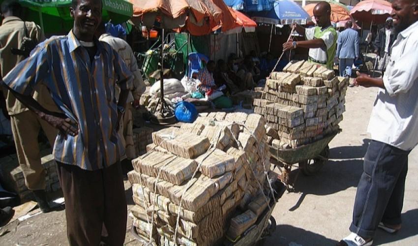 على خُطى موزمبيق .. الريال اليمني يمشي بثبات نحو الهاوية في ظل فشل  البنك واخفاقات الحكومة