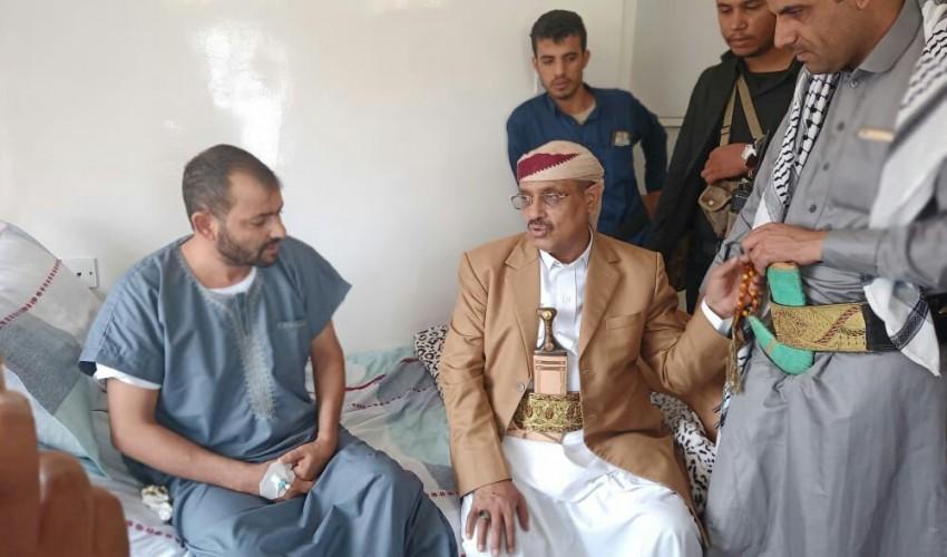 الفريق السامعي يطمئن على صحة الدكتور علي مغلي المدير التنفيذي لصندوق رعاية وتأهيل المعاقين.
