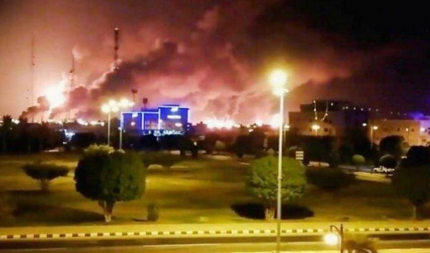 عاجل | استهداف أكبر قاعدة عسكرية لقوات التحالف في السعودية والانفجارات تهز المملكة ودخان كثيف يغطي سماء المدينة