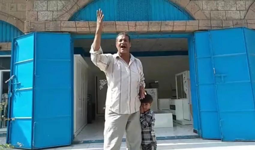 شاهد .. نوبة هلع تنتاب مواطنا يمنيا في تعز حال صدمته بسعر الحبة الدجاج وهذا ما قاله باكيا يكاد يجن (فيديو )