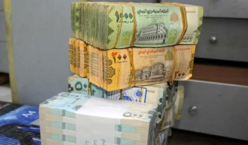 بالتزامن مع وصول حاويات جديدة من العملة المطبوعة حديثاً الدولار يعانق الـ 1070 ريالا والسعودي يتخطى حاجز الـ 280 ريال في عدن