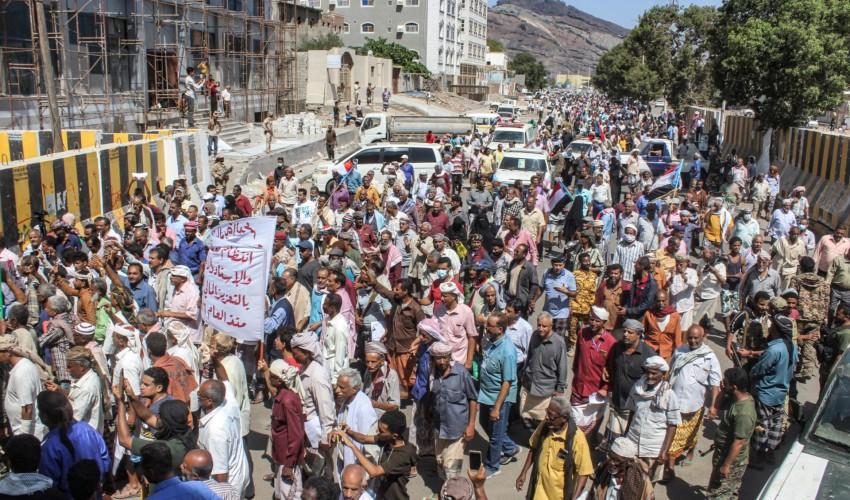 شاهد .. متظاهرون غاضبون يقتحمون القصر الرئاسي في عدن ( فيديو )